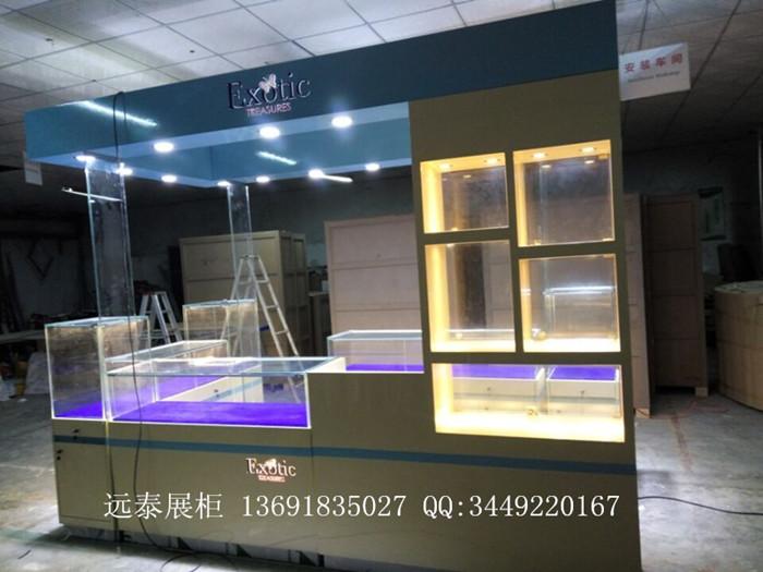这是一款出品国外的欧式风格珠宝首饰展示柜, 珠宝展示柜采用米黄色